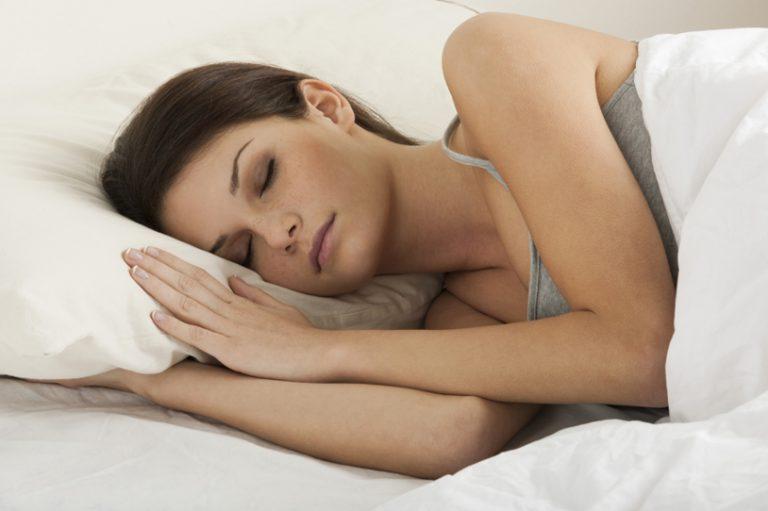 Когда можно спать на животе или на боку после маммопластики
